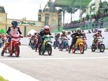 Va chạm liên hoàn tại giải đua môtô ở Long An