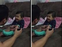 Vui nhộn với bé gái trêu bố khi được cắt móng tay