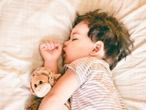 Vì sao những đứa trẻ ngủ trước 8 giờ tối luôn đạt chuẩn cân nặng?
