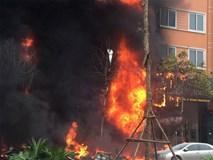Video: Cháy lớn dãy nhà hàng, karaoke trên phố Trần Thái Tông