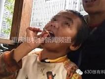 Con trai 4 tuổi nằm trong lòng mẹ hút thuốc lá, mẹ ngồi cười như không có chuyện gì