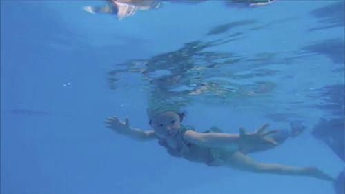 Còn đây là những hình ảnh Cadie Mộc Trà đi bơi khi tròn 1 tuổi.
