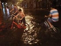 Nhiều tuyến đường Sài Gòn ngập vì mưa lớn trong đêm