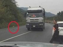 Người phụ nữ dừng ô tô, chạy chân đất lao ra đường cứu em bé ngay trước đầu xe tải