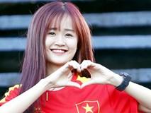 Fan nữ Cần Thơ khoe sắc trong buổi tập của ĐT Việt Nam