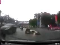 Thót tim cảnh cả người và xe máy trượt dài trên đường, văng vào ô tô đang lao tới