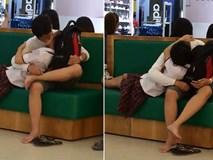 Cặp đôi học sinh cấp 3 gây sốc với hành động âu yếm giữa trung tâm thương mại