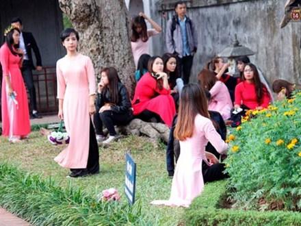 Hàng nghìn sinh viên chen chúc chụp ảnh kỷ yếu, hồn nhiên dẫm lên cỏ ở Văn Miếu