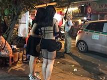 """Chỉ vì 1 chiếc áo, cô gái khiến cả phố phải """"đứng hình"""""""