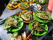 10 quán bình dân cứ dọn hàng ra là khách vây kín mít ở Sài Gòn