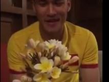 Công Vinh đi khắp khách sạn tìm hoa, làm quà tặng Sinh Nhật Thủy Tiên