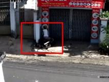 Clip: Thanh niên lao thẳng xe vào tường, giận quá bỏ luôn xe đi về