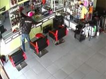 Thanh niên vô tư lục lọi, trộm điện thoại trong salon tóc