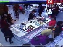 Video: Giáp mặt 'siêu trộm' U50 cuỗm điện thoại trong chớp mắt