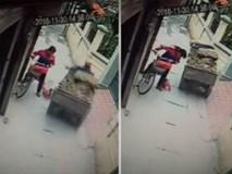 Em bé thoát chết trong gang tấc trước bánh xe công nông
