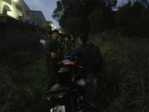 Nam thanh niên lê lết dắt xe máy kêu cứu, bên trong bãi cỏ người bạn đã chết