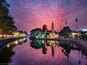 Cảnh tượng thiên nhiên hiếm có: Hoàng hôn lung linh như bắn pháo hoa ở Hà Nội