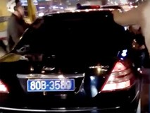 Clip dân Hà Nội truy đuổi ôtô biển xanh gây tai nạn bỏ chạy