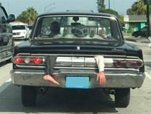Thêm hình ảnh gây sốc trên phố: Tay chân bị kẹp trong cốp xe đang chạy