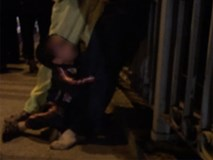 Bị chồng say đánh chảy máu mũi, vợ tính nước nhảy cầu, con trai khóc lóc ôm chân mẹ