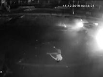 Nam thanh niên bị hất văng ra đường sau cú tông kinh hoàng với xe ô tô