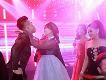 """Trấn Thành & Hariwon """"quẩy tung nóc nhà"""" cùng khách mời sau tiệc cưới"""