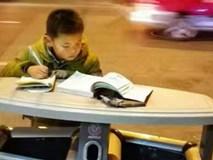 Hình ảnh cậu bé học bài trên thùng rác cạnh xe khoai lang nướng của mẹ gây xúc động mạnh