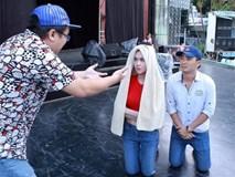 Ngọc Trinh trùm khăn khi đến sân khấu tập kịch