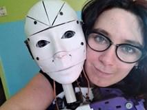 """""""Tôi tự hào là một người quan hệ với robot, chúng tôi hạnh phúc"""""""
