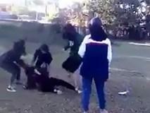 Nhóm nữ sinh đánh, lột áo bạn giữa đường rồi lên facebook xin lỗi