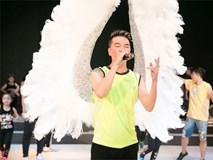 Đàm Vĩnh Hưng mang đôi cánh lông vũ 4.000 USD lên sân khấu