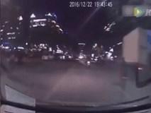 Cãi nhau với vợ, người chồng bế con trai lao vào trước đầu ô tô