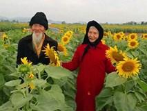 Dân mạng phát cuồng với ảnh cụ ông gần trăm tuổi dắt cụ bà chụp ảnh cánh đồng hoa