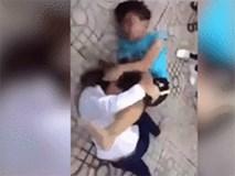 """Xôn xao clip nam sinh không hề """"kém miếng"""" đánh bạn gái """"nhiệt tình"""""""