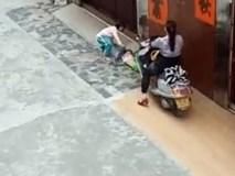 Phẫn nộ: Người phụ nữ lái xe máy cố tình đâm lên người em bé đang nằm khóc dưới đất