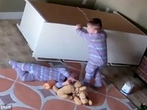 Video: Anh trai nhanh trí, cứu sống em trai 2 tuổi bị tủ đè lên người