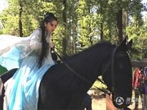 Vợ Huỳnh Hiểu Minh đang bầu vẫn cưỡi ngựa đóng cảnh hành động