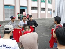 Chủ tịch CLB TP.HCM - Lê Công Vinh trực tiếp bán vé, ký tặng áo cho fan TPHCM