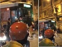 Người đàn ông chặn đường, dùng mũ bảo hiểm đập kính xe buýt sau va chạm giao thông