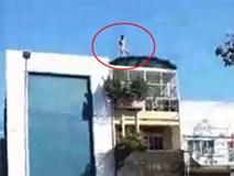 Người đàn ông khỏa thân... quậy tưng trên nóc nhà ở Sài Gòn