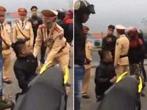 Bị CSGT yêu cầu xuất trình giấy tờ, phượt thủ Vĩnh Phúc quỳ gối rồi doạ đốt xe