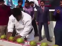 Dùng đầu đập vỡ 43 trái dừa trong 60 giây