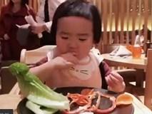 """Cô bé """"thánh ăn"""" tái xuất với clip """"ăn cả thế giới"""" gây sốt"""