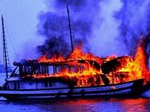 Cháy tàu trên vịnh Hạ Long, 14 du khách nước ngoài thoát nạn