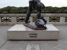 Tượng Messi bị phá hoại trong ngày thua Ronaldo