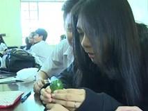 Giờ thực hành sử dụng bao cao su của học sinh Sài Gòn