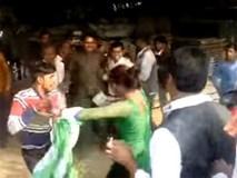 Kinh hoàng nhóm đàn ông dùng gậy đánh một phụ nữ vì không cho sàm sỡ