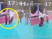 """Clip sốc: Bé gái 6 tuổi bị mẹ kế đá liên tục vào người vì """"giận cá chém thớt"""""""