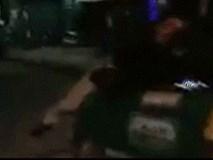 Tài xế taxi hất tung người lên nóc capo và bỏ chạy cùng nạn nhân