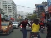 Chở bạn gái tạt đầu taxi, chàng trai nhận cú tát trời giáng